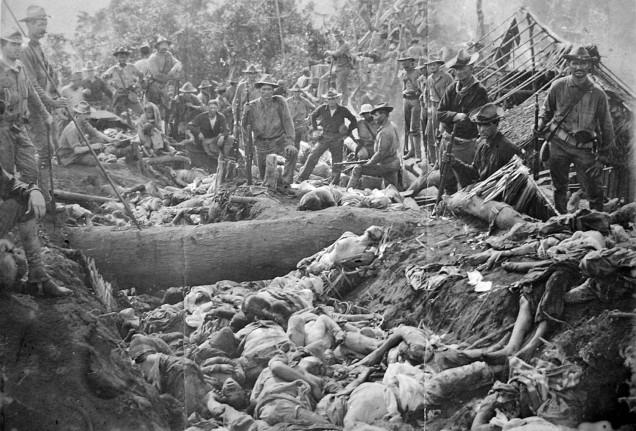 Soldati americani in posa con i corpi dei morti della ribellione dei Moro, Filippine 1906