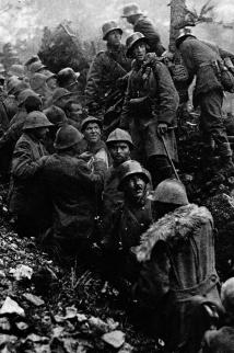 Soldati italiani catturati vengono scortati dai soldati tedeschi durante la battaglia di Caporetto, 1917