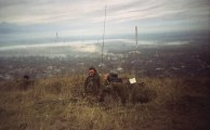 Soldati russi, uno dei quali porta un casco tedesco WW2, Grozny 1999