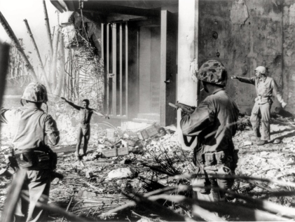 Soldato giapponese si arrende ai Marines US, Isole Marshall 1944