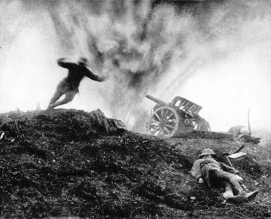 Soldato tedesco si tuffa per ripararsi dall'esplosione, Fronte Ovest 1917