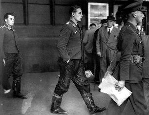 Sotto scorta militare britannica, due membri dell'equipaggio della Luftwaffe catturati escono dalla metropolitana di Londra, 1940
