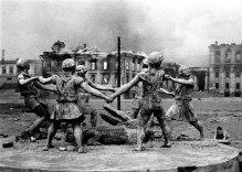 Statua nel centro di Stalingrado dopo gli attacchi aerei nazisti, 1942