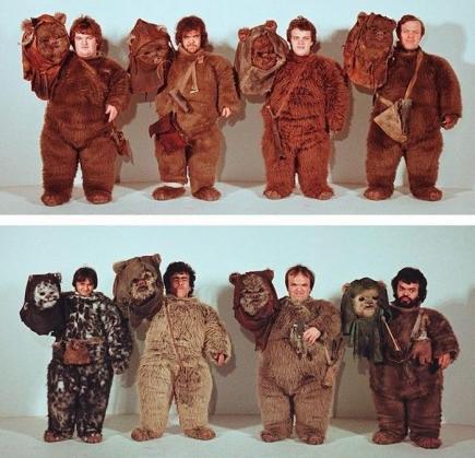 Uno sguardo agli attori sotto le maschere Ewok per il ritorno dello Jedi, circa 1982