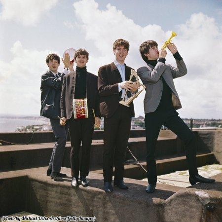 I Beatles posano per un ritratto con strumenti giocattolo in miniatura, circa 1964