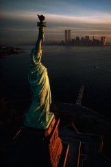 La Statua della Libertà saluta l'alba sopra New York Harbor nel 1978