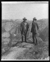Theodore Roosevelt e John Muir sul Glacier Point, Yosemite Valley, CA, nel 1903. Fotografia via Library of Congress