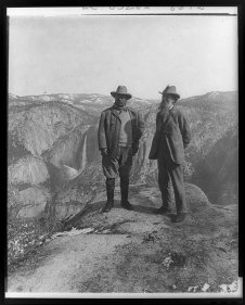 Theodore Roosevelt e John Muir sul Glacier Point, Yosemite Valley, CA, nel 1903. Fotografia via Library of Congress