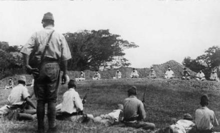 Truppe giapponesi che usano i prigionieri di guerra per il tiro al bersaglio, 1942
