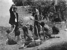 Ufficiale turco si prende gioco dei bambini affamati armeni mostrando loro il pane durante il genocidio armeno del 1915