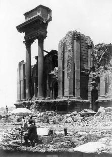 Un artista dipinge un quadro delle rovine del terremoto di San Francisco del 1906