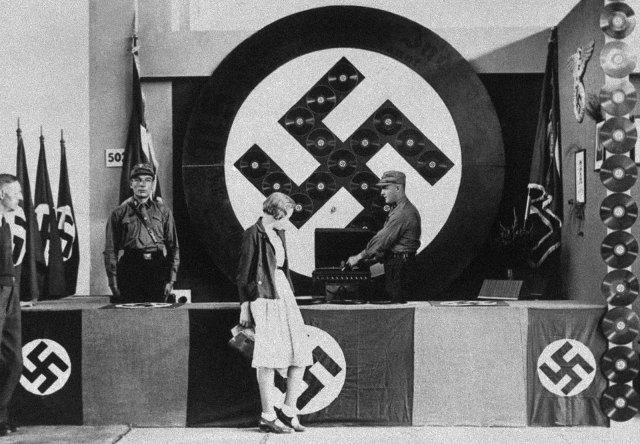 Un DJ nazista ai piatti in una mostra radiofonica a Berlino, 1932