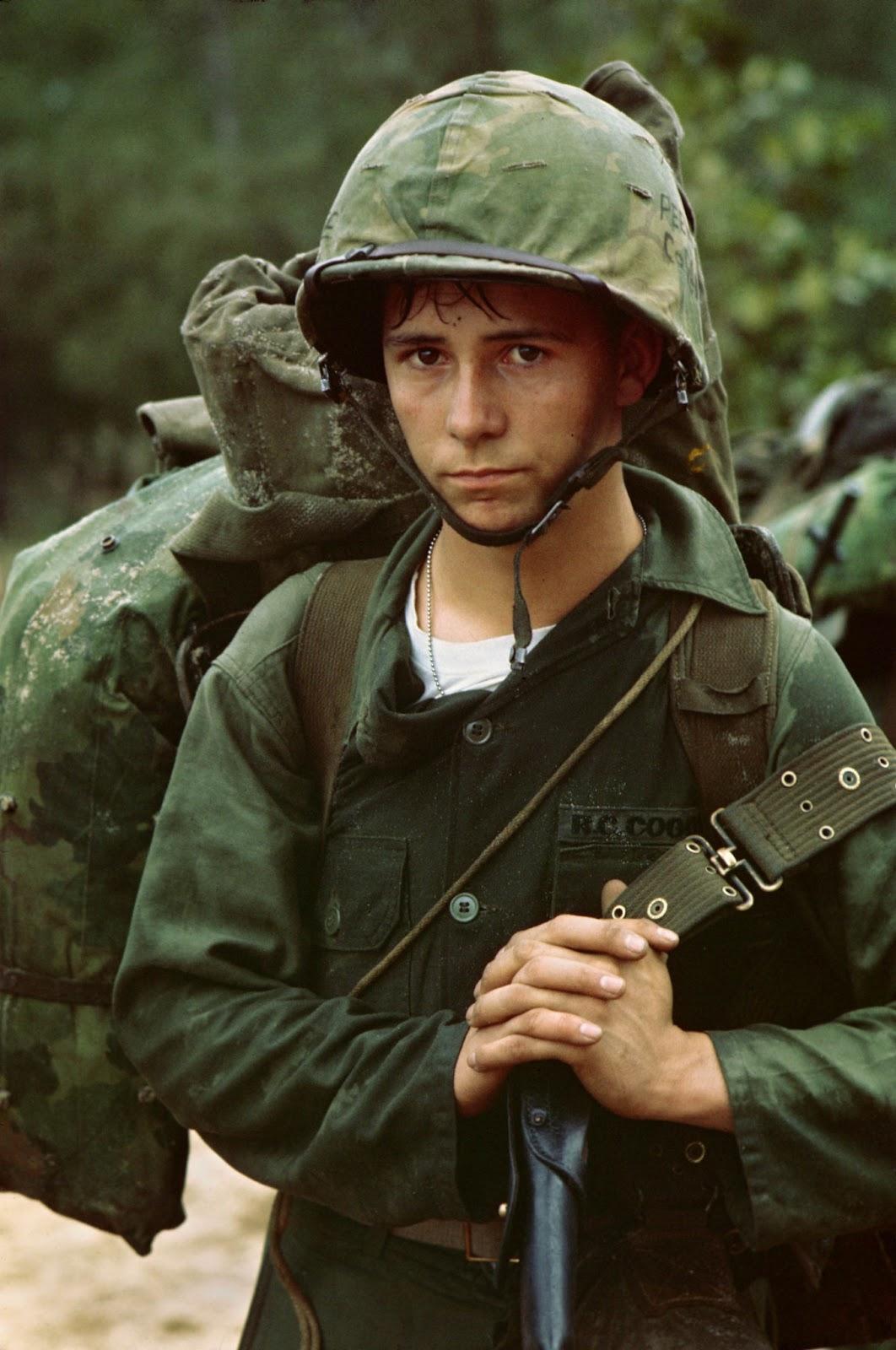 Un giovane soldato attende sulla spiaggia durante l'atterraggio Marine a Da Nang, 1965