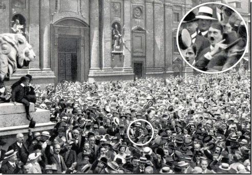 Un giovane Hitler applaude l'inizio della prima guerra mondiale, Odeonsplatz Monaco di Baviera 1914