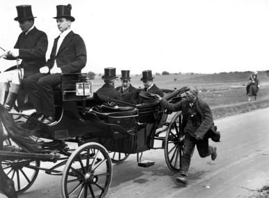 Un mendicante che insegue la carrozza di re Giorgio V, 1920