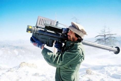 Un mujaheddin afghano punta un missile FIM-92 Stinger al passaggio di un aereo sovietico, 1988