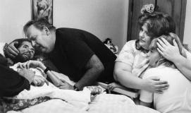Un padre conforta suo figlio sul letto di morte. La foto che ha cambiato il volto dell'AIDS. 1989