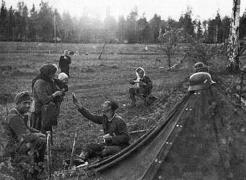 Un soldato tedesco condivide la sua razione con una madre russa, 1941
