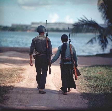 Una coppia di soldati presi per mano, Vietnam, 1971