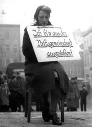 Una donna tedesca messa alla gogna per una storia romantica con un uomo polacco, 1942
