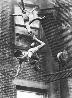 Una madre e sua figlia che cadono da una scala antincendio, 1975