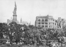 Una pila di corpi attende di venir cremata dopo il bombardamento di Dresda del 1945