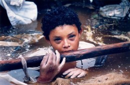 Una vittima del Disastro Armero causato dall'eruzione del Nevado del Ruiz in Colombia del 1985. Omayra Sanchez era intrappolata nell'acqua e cemento per tre giorni. Questa foto è stata scattata poco prima che morisse.