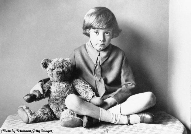 Il figlio di A.A. Milne, autore di Winnie the Pooh, seduto a casa con i suoi orsacchiotto, 1920 circa