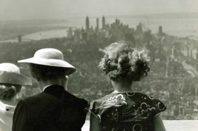 Donne sul ponte di osservazione dell'86° piano dell'Empire State Builfing nel 1940. Si noti la bassa balaustra