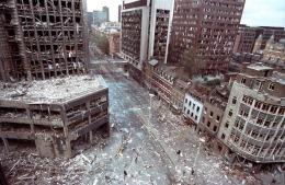 Wormwood Street a Londra dopo l'esplosione di un camion bomba dell'IRA, 1993