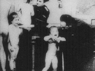 """WWII. Bambini polacchi esaminati da ufficiali tedeschi per vedere se sono """"ariani"""""""