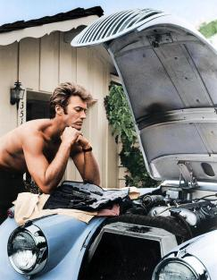 Clint Eastwood al lavoro sul suo Jag XK 120 del 1958 nel 1960