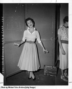 Elizabeth Taylor in posa con una sigaretta sul set di 'Vita inquieta', 1952