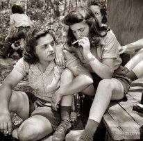 Lavoratrici di miniera si rilassano dopo il pasto, New Hampshire, 1943
