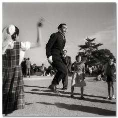 Salvador Dalí nel Parco Guell, Barcellona, 1953. Fotografia di Catalano-Roca Francesc