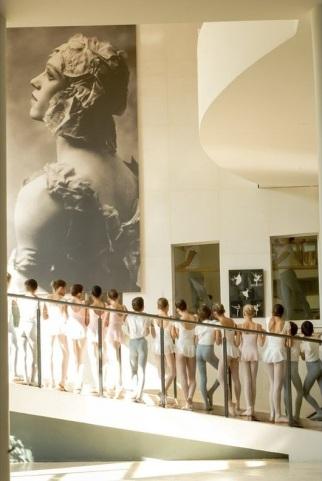 """Scuola di Ballo dell'Opera di Parigi con la foto di Nijinsky nel suo costume per """"Le Spectre de la Rose"""""""