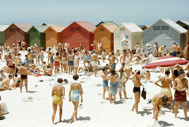 Sudafricani si rilassano in spiaggia a Città del Capo, Sud Africa, agosto 1953