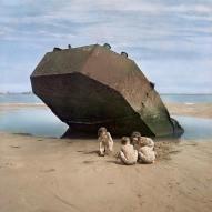1947. Bambini che giocano sulla spiaggia di Omaha, Normandia, Francia. Foto di David Seymour