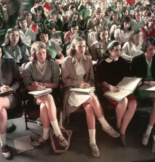 1948. Un gruppo di studenti ascolta e prende appunti durante una lezione in una sala conferenze dello Smith College, Northampton, Massachusetts. Foto di Peter Stackpole