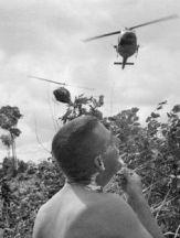 Un soldato statunitense si rade mentre gli elicotteri di Huey volano sopra la testa durante un'operazione nel sud del Vietnam, all'inizio di agosto 1966