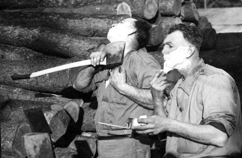Boscaioli si radono con asce durante la seconda guerra mondiale, 1941. Fotografia da State Library of Victoria