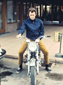 Clint Eastwood sulla sua moto, fine del 1960