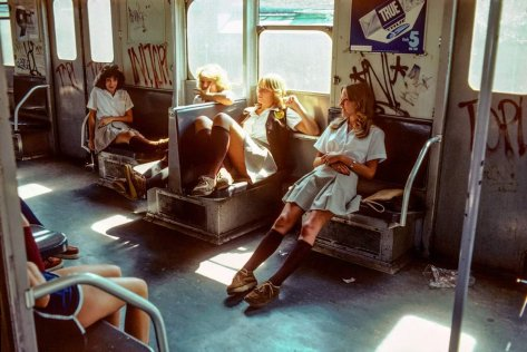 Donne in metropolitana, 1970 circa. Fotografia di Willy Spiller
