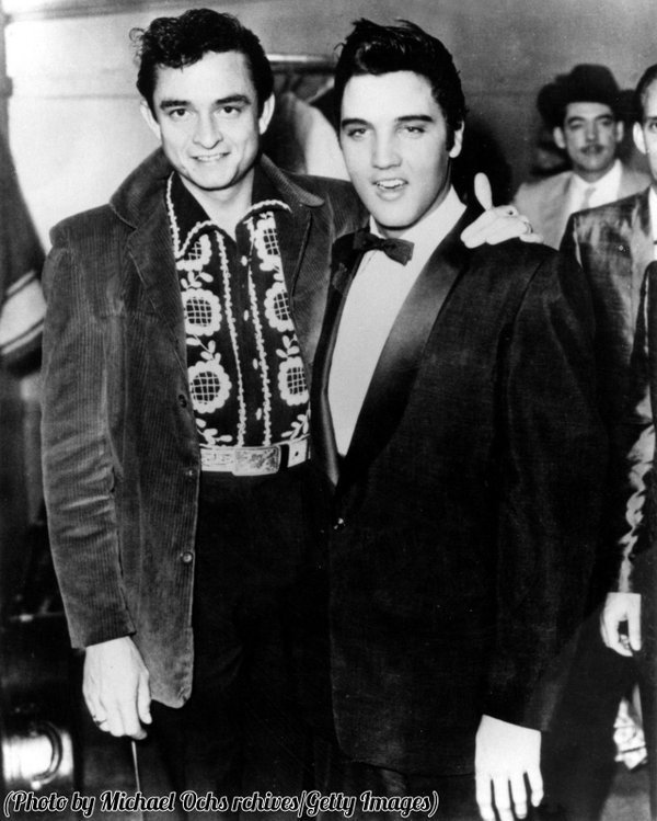 Elvis Presley e Johnny Cash posano per un ritratto a Memphis, Tennessee, 1957
