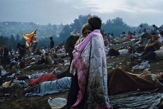 Foto iconica di una coppia avvolta in una trapunta a Woodstock, 1969. Fotografia di Burk Uzzle