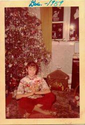 Fotografia natalizia vintage con albero di Natale e ragazza che prega