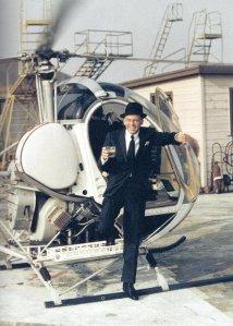 Frank Sinatra scende da un elicottero con un drink in mano, 1964. Fotografia di Yul Brynner