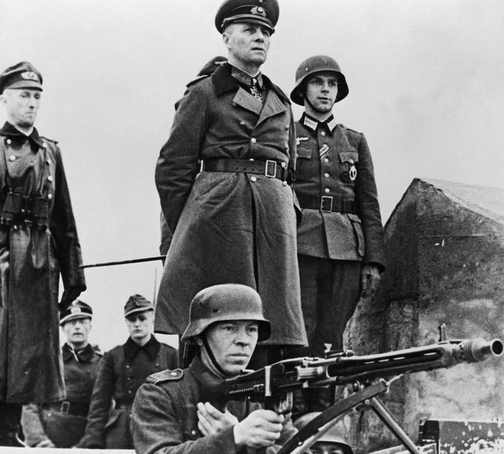 Il generale Erwin Rommel controlla le difese della spiaggia di Omaha, dal gennaio al maggio 1944