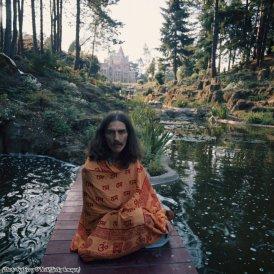 George Harrison in posa a Friar Park, Henley 1975
