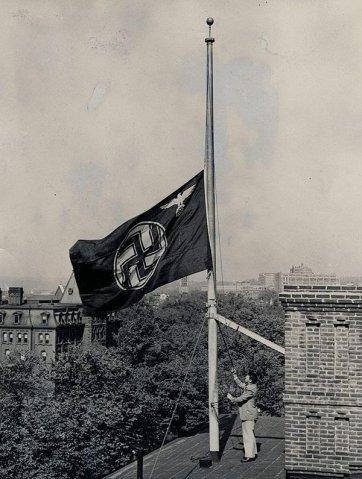 Bandiera tedesca a mezz'asta dopo l'incidente Hindenburg a Washington, 1937